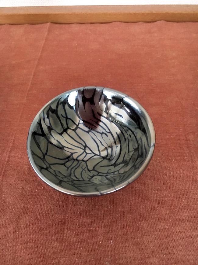 妖艶な光を放つ鉄釉の陶器