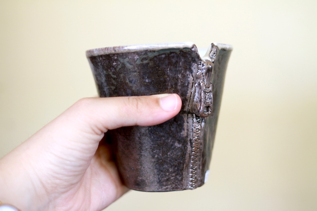 チャック柄のユニークなマグカップ