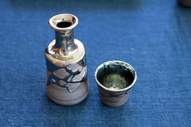序文 日本全国にはその土地の特徴や伝統を組んだ様々な陶器が存在していますが、鳥取県伯耆町の「大山焼き」は世にも珍しい「銀色に輝く陶器」なのだそうです。しかも、この大山焼きは大正時代に一度廃れてしまい、現在『大山焼 久古窯』の窯元である鈴木さんただ一人なのです!今回は窯元の鈴木さんに、大山焼きはなぜ銀色に輝くのか、さらには鈴木さんの目指す夢についても聞いてきました。