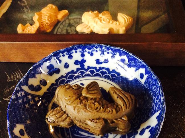 鯉焼きの後ろにあるのが仏師の手による木製の原型