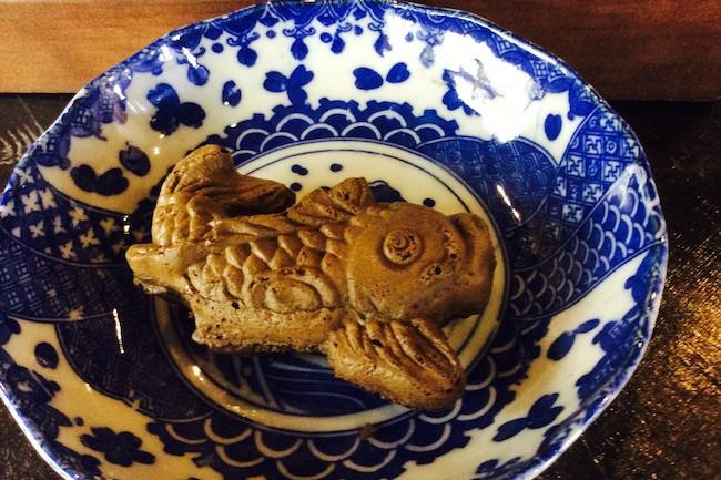今年のプロ野球のセリーグは2年連続で広島カープが優勝しました。ところで、カープ=鯉で盛り上がっているのは広島だけではないようで、信州長野県でも「鯉」が人気なのだとか。今回ご紹介するのは長野県善光寺市にある、全国的にも珍しい「鯉焼き」を提供する和菓子屋さん。なぜ、鯛焼きではなく鯉焼きなのか?そこには地元長野の伝統を活かした深い理由があったのです。