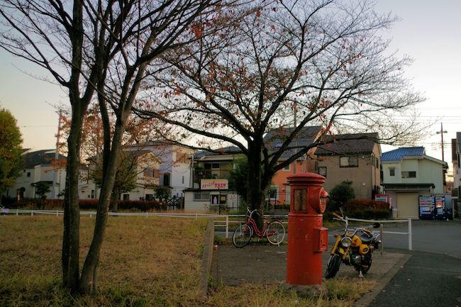 満開の桜に囲まれた赤い丸ポストは、インスタ映えしそうですね