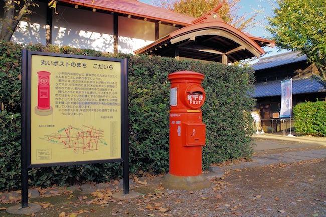 """電子メールの普及と共に年々手紙を送る人が減っている昨今。街のポストも数が減っているそうです。特に、昔ながらの丸いポストはすっかり見なくなりましたよね。実は今、「丸ポスト」が""""ノスタルジック""""、""""かわいい""""とSNS上で再評価されているのだとか。そこで今回は都内で最も丸ポストが多く現存している東京都小平市内のマスポストスポットをご紹介します!どれもインスタ映えすること間違いないですよ!"""