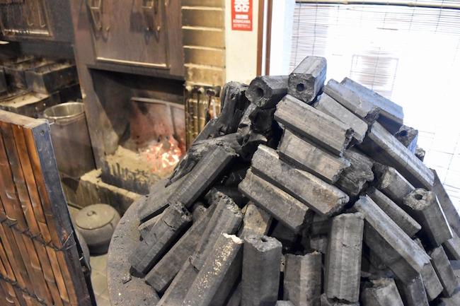炭窯で焼かれる炭の香りでホッコリ気分に
