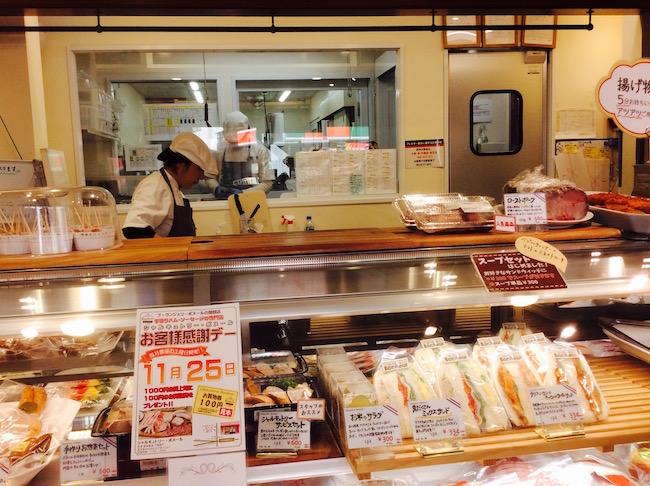 お店にサンドイッチや惣菜、ハムやウインナーが並ぶ